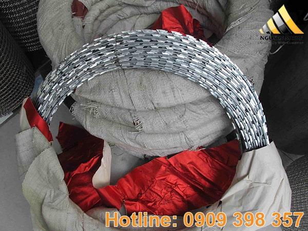 Dây thép gai là một sản phẩm gồm nhiều sợi dây thép xoắn lại với nhau làm dây tâm, có chiều dài 100m, nặng 10 kg phù hợp với mọi nhu cầu sử dụng.