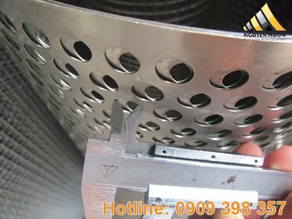 Tấm inox 430 từ nguyên vật liệu inox 430 đưa vào máy dập. Lập trình theo kích thước lỗ, hình dạng, kiểu loại lỗ sao cho phù hợp với đơn hàng và đột thành tấm đục lỗ.
