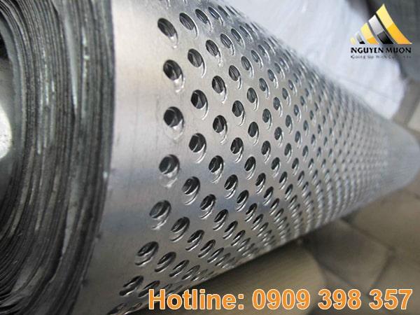 Từ tấm inox 316 dạng phẳng cắt theo diện tích hoặc hình dạng mình mong muốn. Rồi cho vào máy đột theo kích thước lỗ và kiểu lỗ để tạo thành tấm inox có lỗ.