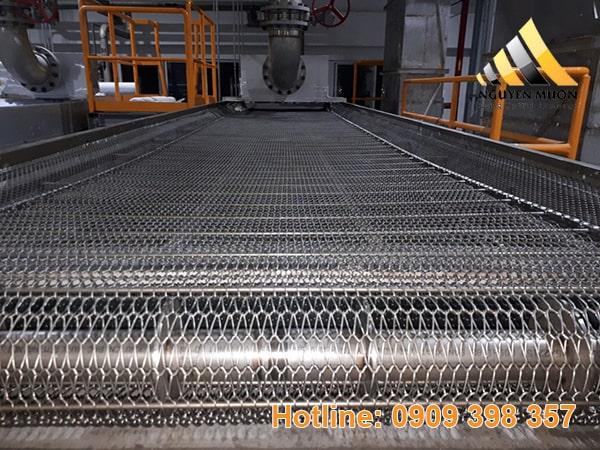 Lưới đan băng tải có đặc điểm thông thoáng, thích hợp với các vật liệu nhẹ.